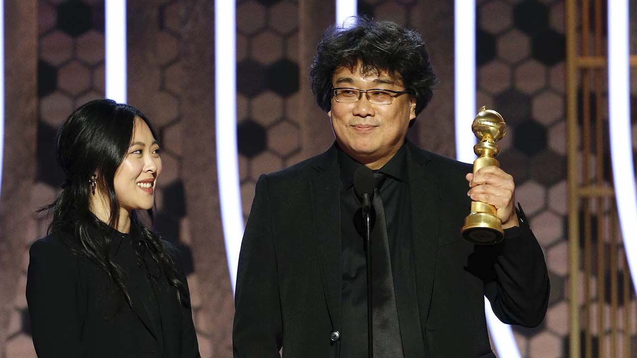 bong_joon_ho_accepts_the_award_for_best_motion_picture_foreign_language_for_22parasite22__-_golden_globes_2020_-_publicity_-_h_2020_0.jpg