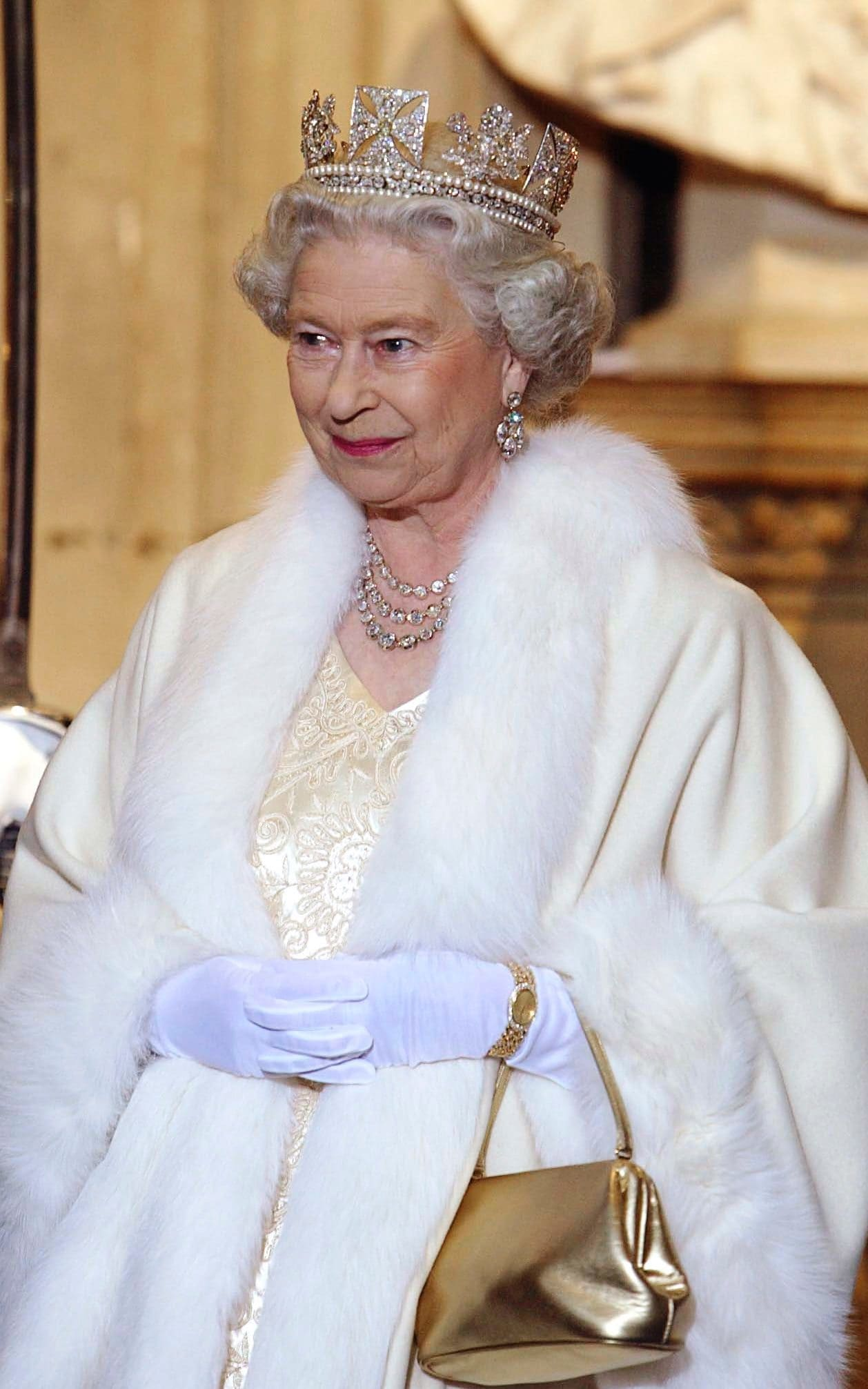 95830459_LONDON_UNITED_KINGDOM_-_NOVEMBER_13__Queen_Elizabeth_Ll_Smiling_As_She_Arrives_At_The_Palac_trans++BLexaPiOBa-lbTxCY9do8RyRWR8tXKJRXAf-JOaUjFA.jpg